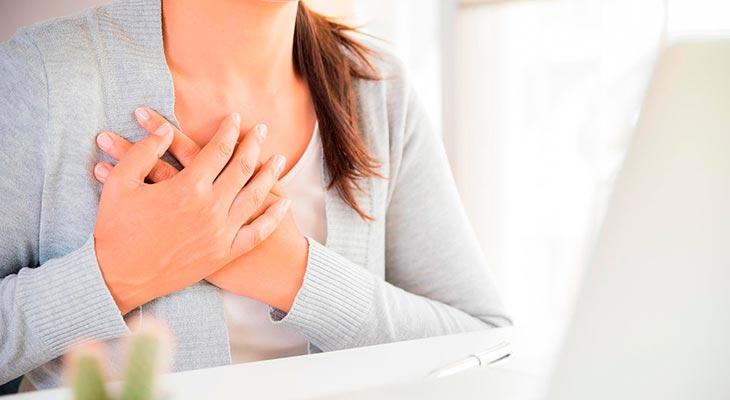 К чему чешется правая грудь: значение