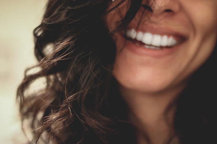 Девушка улыбаеться