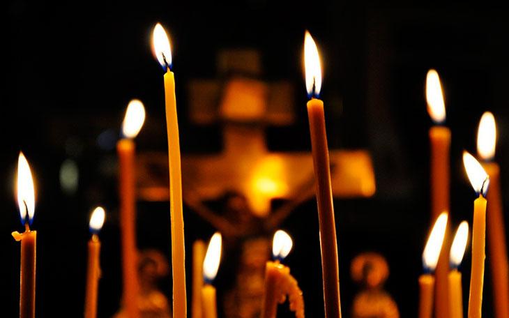 Зажигание свечи в церкви