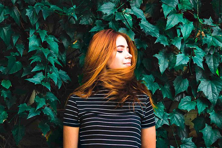 Женщина на фоне листьев